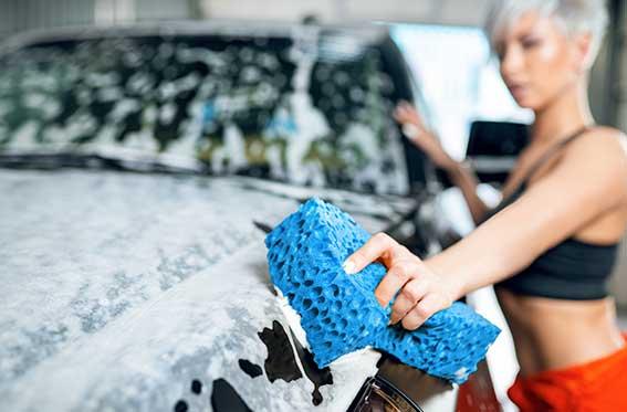 chica sexy lava el auto