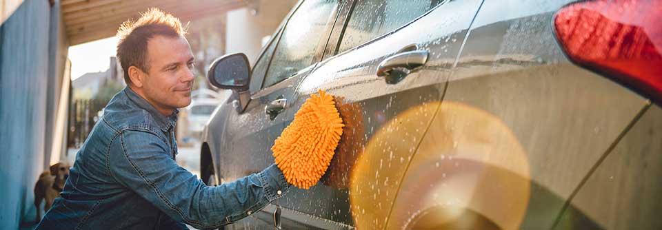 hombre lava el carro