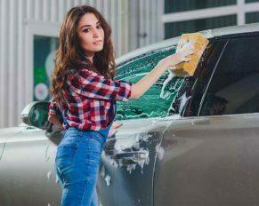 chica lavado de auto