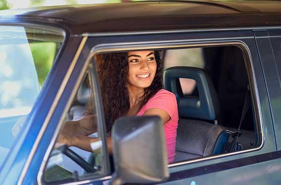 mujer feliz mientras maneja
