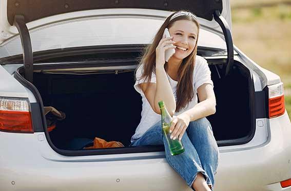 auto de color blanco con mujer