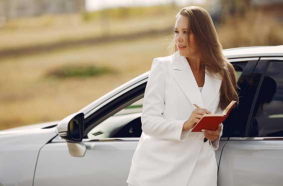 auto color plateado con elegante chica