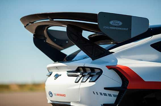 cola de pato en auto deportivo ford